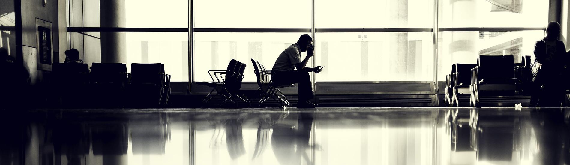 Czy podróżnik ma obowiązek zapłacić za przedłużony pobyt w hotelu z powodu zmiany godzin lotu?